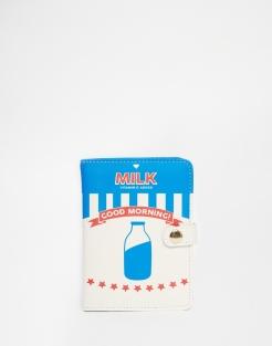 Porte-passeport brique de lait, SkinnyDip, 19,99 euros
