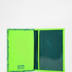 Etui de passeport en cuir vert, Undercover, 27,99 euros
