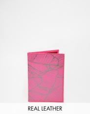 Etui de passeport en cuir rose, Undercover, 27,99 euros