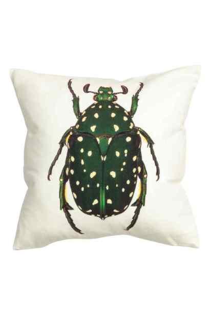 Housse de coussin à motif insecte, H&M Home, 7,99 euros