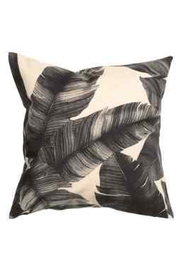 Housse de coussin à motif plumes noires, H&M Home, 9,99 euros