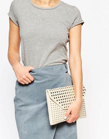 Pochette cloutée style enveloppe, New Look, 13,49 euros