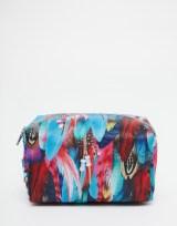 Trousse de maquillage imprimé plumes, Jaded London sur Asos, 12,99 euros
