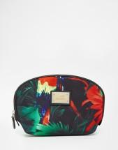 Trousse de toilette motif tropical, Love Moschino sur Asos, 45,99 euros