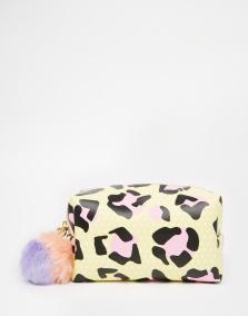 Trousse à maquillage imprimé léopard et pompom, Skinnydip sur Asos, 19,99 euros
