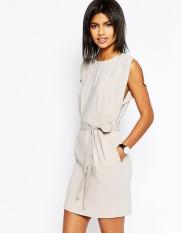 Robe courte ceinturée avec jupe fourreau, Asos, 57 euros