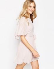 Mini robe plissée à manches évasées, Asos, 54 euros