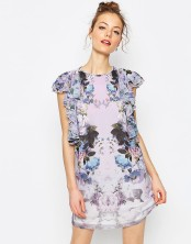 Robe courte droite volantée à fleurs, Asos, 64 euros
