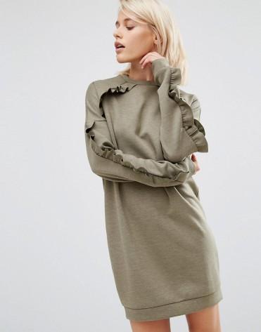 Robe molletonnée ornée de volants, Asos, 43 euros