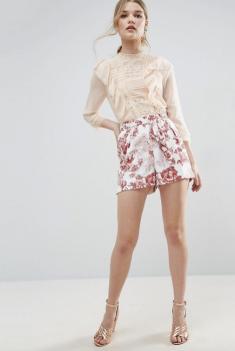Short habillé à motif floral avec lien, 33,99 euros, Asos